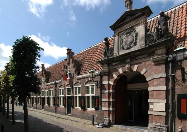 1280px-Oudemannenhuis_toegangspoort_(Haarlem)