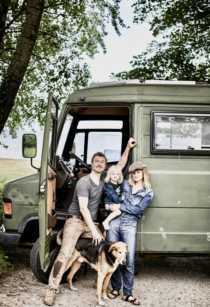 Familie Labrie travels in a van